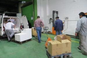 Trabajamos contra el despilfarro de alimentos, Imagen de voluntarios cargando alimentos para su distribución.